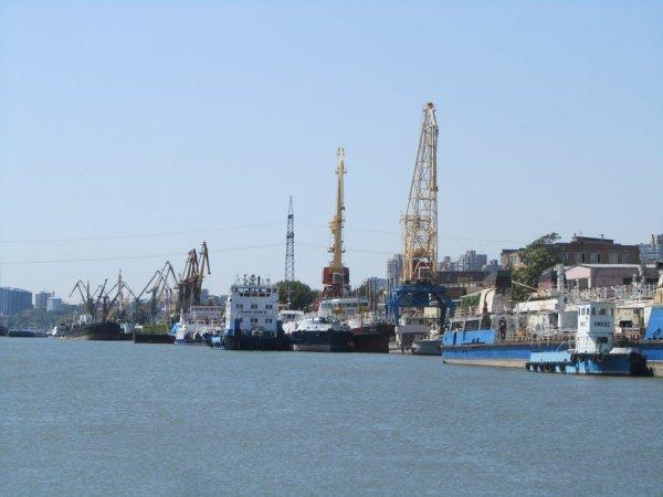 Судно с дизельным топливом село на мель в порту Ростова