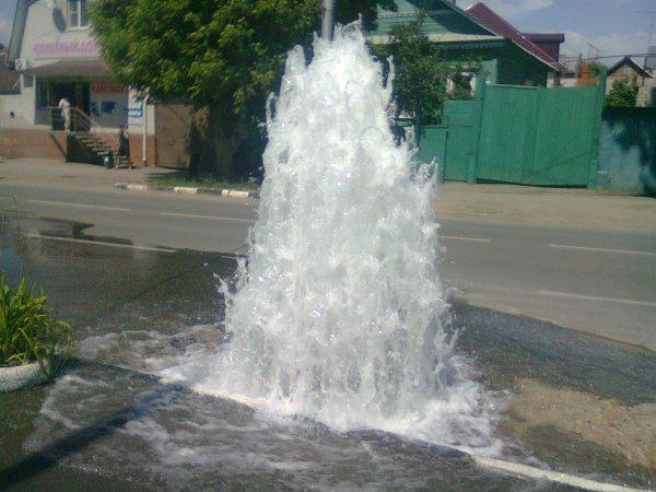 В Омске из-под земли вырвался фонтан выше пятиэтажки