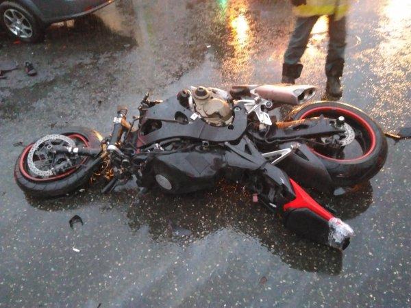 «Беспечный ангел»: В Москве байкер загорелся после столкновения с грузовиком