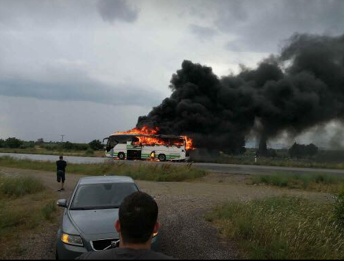 В Греции от удара молнии сгорел автобус