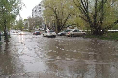 Сильный дождь превратил Омск в Венецию