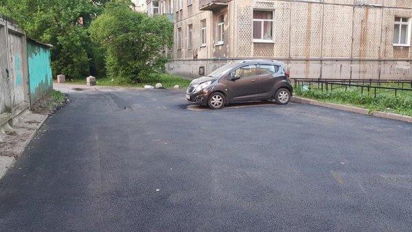 «И так сойдет»: В Петербурге асфальт положили вокруг припаркованной машины