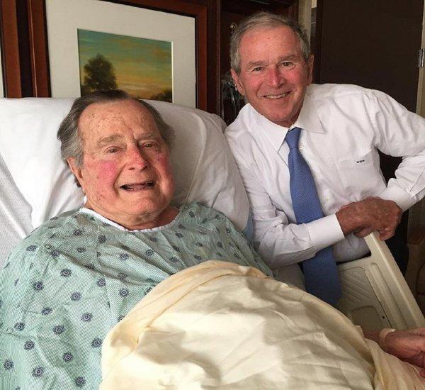 Джорджа Буша-старшего отправили в клинику с низким давлением