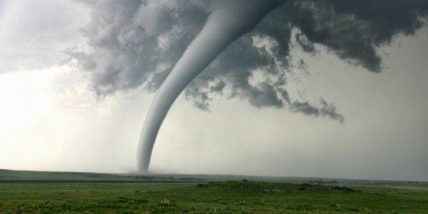 Фермера в США окружили одновременно три торнадо