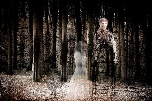 В Британии на фото попал склонившийся над плечом мальчика призрак