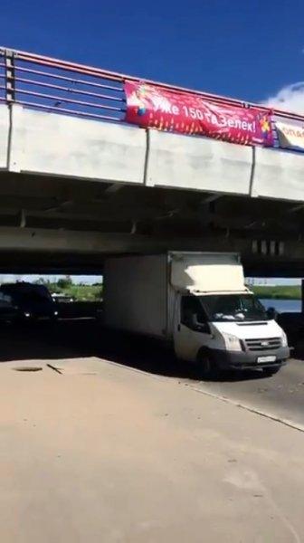 Под «Мостом глупости» в Петербурге смогла проехать первая «ГАЗель»