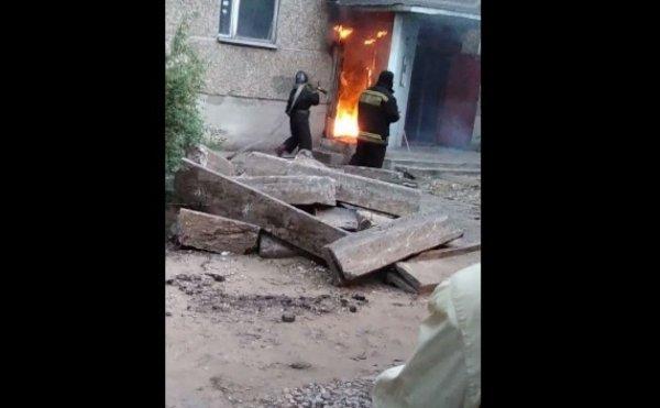 На видео попал пылающий мусоропровод в многоэтажке в Воронеже