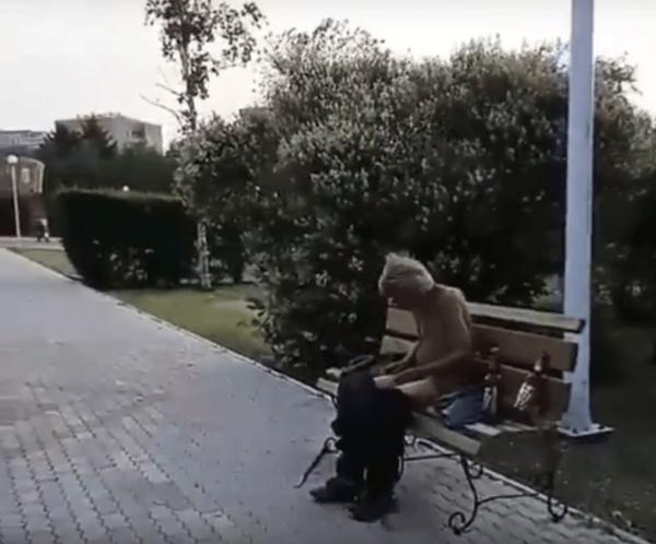 В Благовещенске рядом со зданием правительства сидел мужчина со спущенными штанами