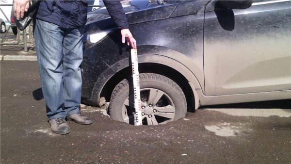 В Москве из-за обвала грунта в яму упала иномарка