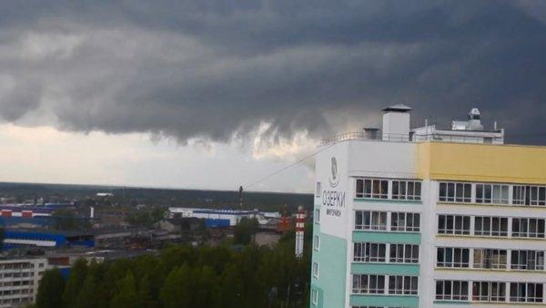 Очевидец снял на видео торнадо над Кировом