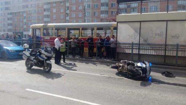 В Екатеринбурге полицейский из мотовзвода протаранил три машины