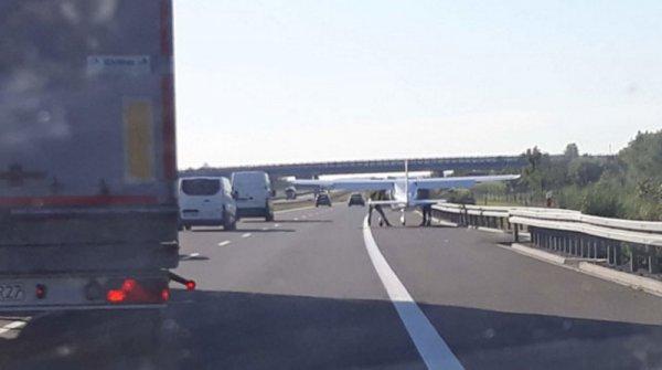 В Польше самолет совершил аварийную посадку на автомобильную трассу