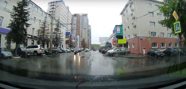 В Челябинске автомобиль чуть не перевернулся, наехав на открытый люк