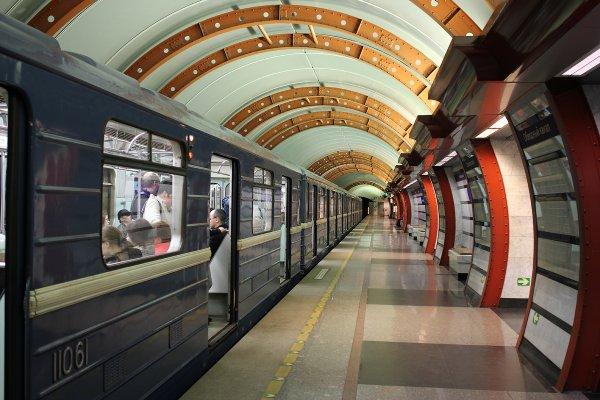 В метро Петербурга вооруженный ножом мужчина распугал пассажиров и заблокировал станцию