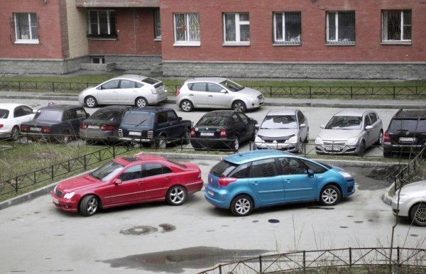 На видео сняли подростков, развлекающихся на чужом авто