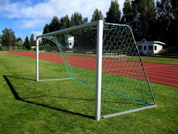 В Подмосковье незакрепленные футбольные ворота насмерть придавили ребенка