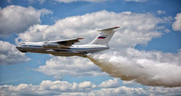 Самолет Ил-76 обрушил на голову гаишника 40 тонн воды в Подмосковье