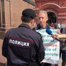 У стен Кремля британского ЛГБТ-активиста задержали за одиночный пикет