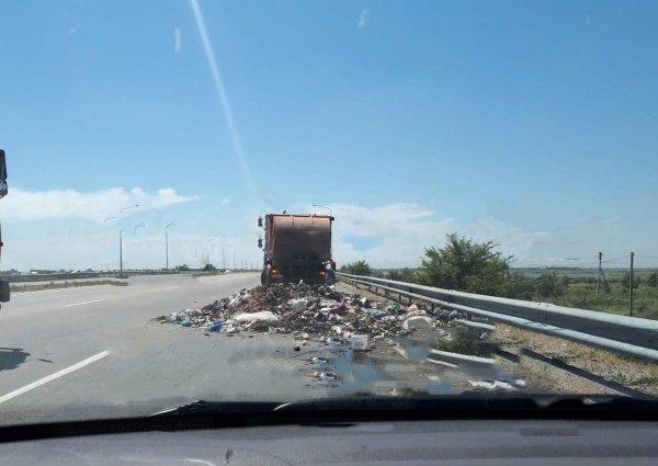 Мусоровоз выгрузил кучу отходов посреди трассы Ростов-Азов и уехал