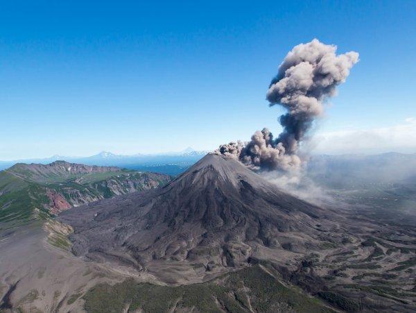 Вулкан на Камчатке изверг столб пепла высотой в 6 километров