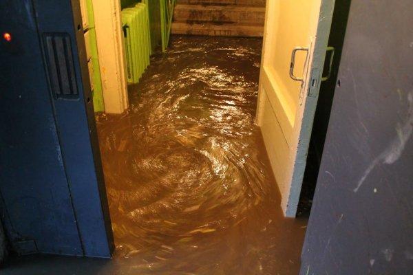 В Кирове жильцы двух домов три дня плавают в фекалиях