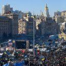 Активисты на митинге в Киеве пытаются попасть в здание Рады