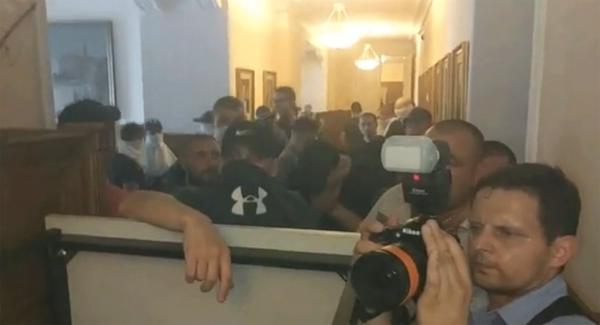 Националисты распылили газ в горсовете Харькова и засунули заммэра города в мусорный бак