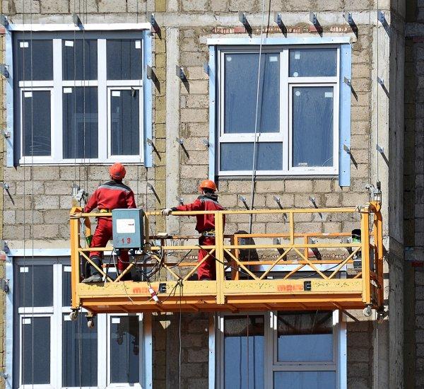 В Перми строительная люлька с рабочими из-за урагана превратилась в качели