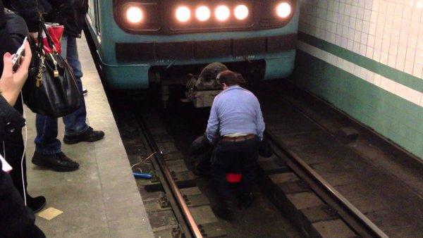 Московское метро впервые оштрафовало пассажира за падение на рельсы