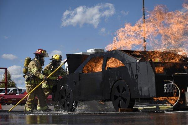 В Москве четыре машины такси загорелись на открытой парковке