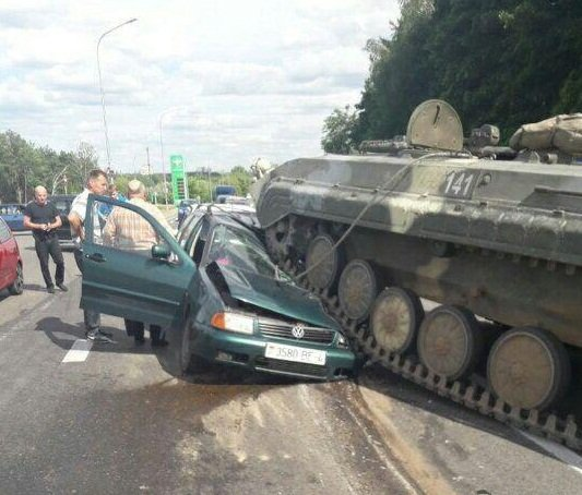 В Беларуси БМП раздавил автомобиль