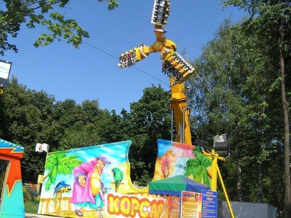 В Уфе в парке аттракционов люди повисли головой вниз на сломанной карусели