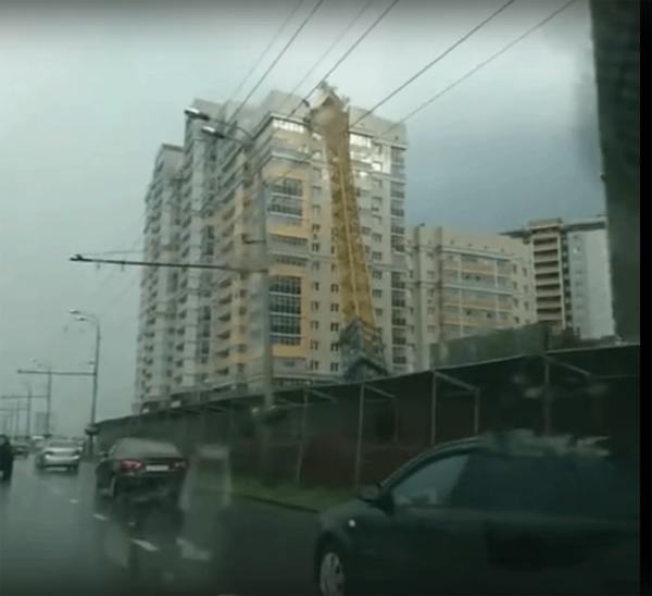 В Казани башенный кран рухнул на жилой дом под воздействием сильного ветра