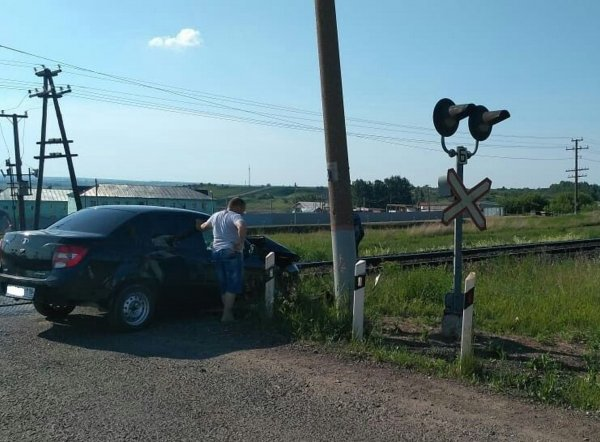 Под Набережными челнами поезд столкнулся с застрявшим на рельсах автомобилем