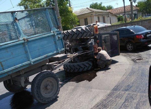 В Симферополе на дороге опрокинулся трактор