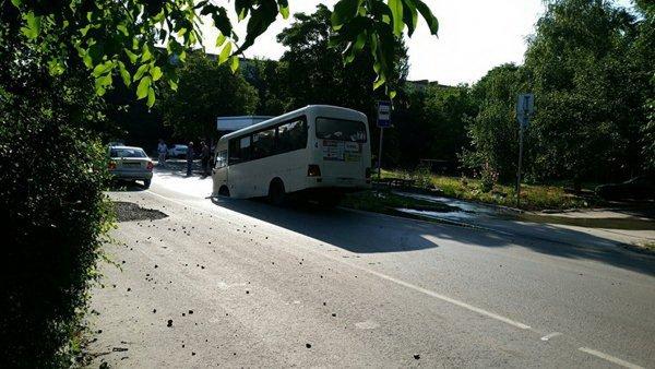 «Портал в ад»: В Таганроге маршрутка провалилась под асфальт