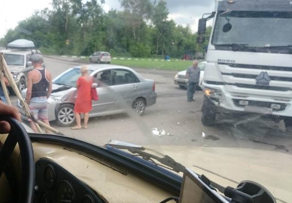 Седан и грузовик столкнулись под Новосибирском