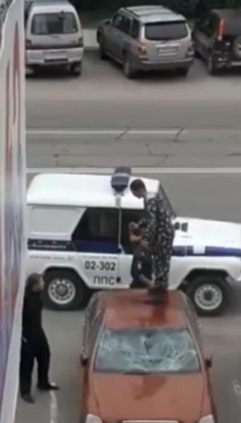 В Благовещенске «непобедимый» мужчина прыгал по машинам и вызывал всех на бой