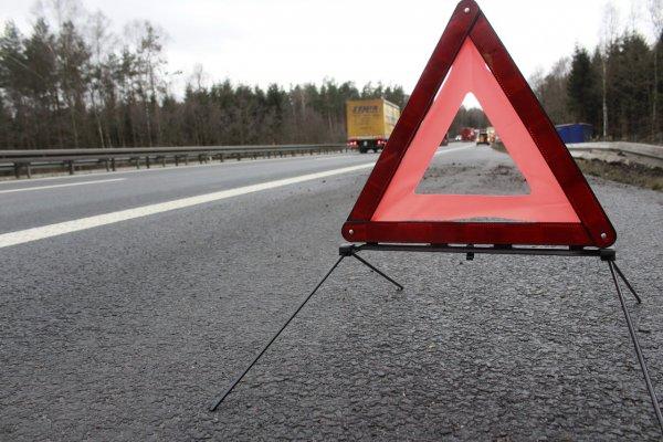 Фура с газировкой перевернулась на трассе в Красноярском крае