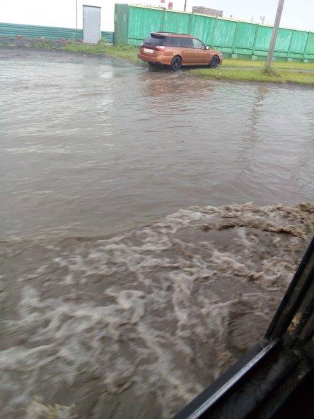 В Барнауле ливень затопил дворы и улицы