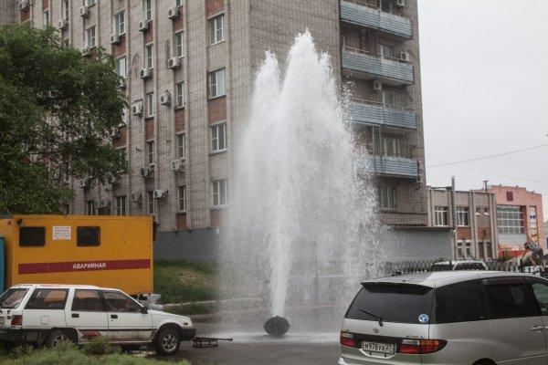 «Коммунальный» фонтан вырвался из-под земли в Новосибирске