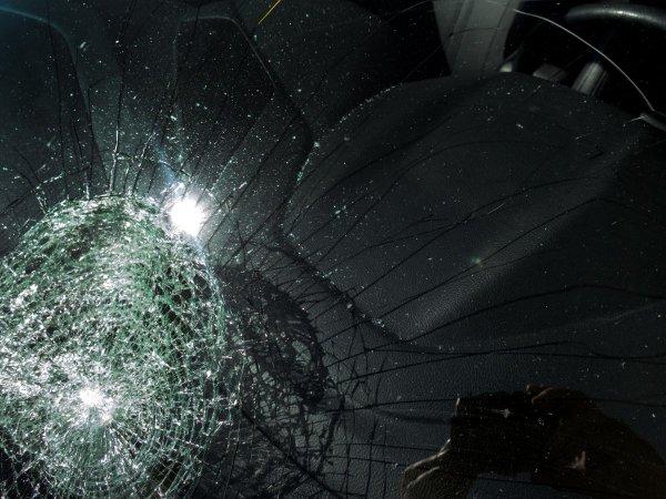 В Челнах отец разбил окна машины супруги, чтобы забрать у нее дочь