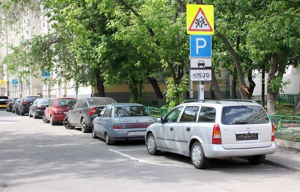 Обвешанный странными приборами мужчина бродит по парковкам Воронежа