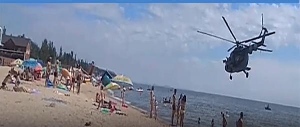 Полет вертолета ВСУ на опасно низкой высоте над пляжем в Мариуполе сняли на камеру