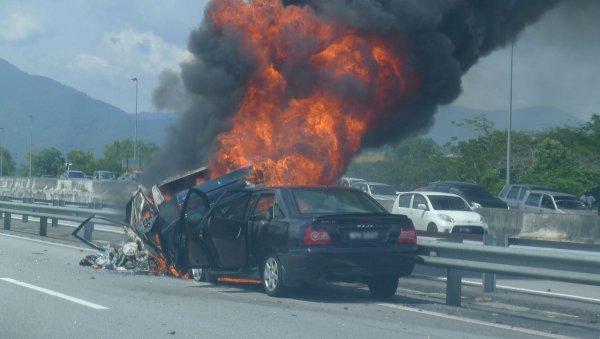 Пассажир и водитель заживо сгорели в ДТП в Петербурге