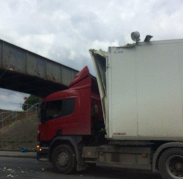 Новая жертва «моста глупости»: Фура не прошла под низким мостом в Петербурге