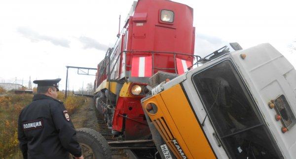 Машинист поезда, попавшего в ДТП с грузовиком под Ростовом, отказался от помощи врачей