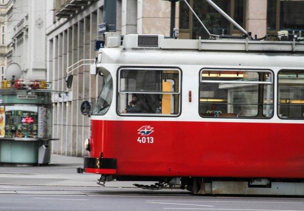 В Челябинске из-за аномальной жары водитель маршрутки сбил кондуктора трамвая