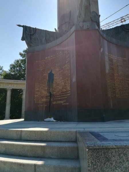 Вандалы краской залили монумент советским воинам в Вене