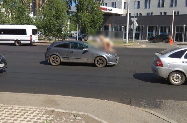 В Уфе голая женщина останавливала автомобили и садилась на капоты